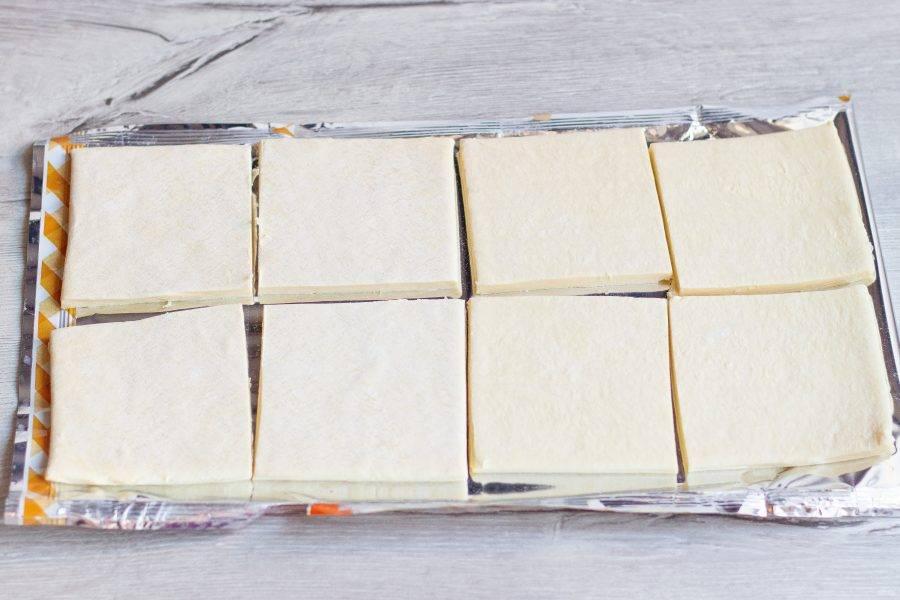 Тесто нужно освободить от упаковки и разморозить 20-30 минут, не больше. Разрежьте размороженное тесто на 8 равных частей.