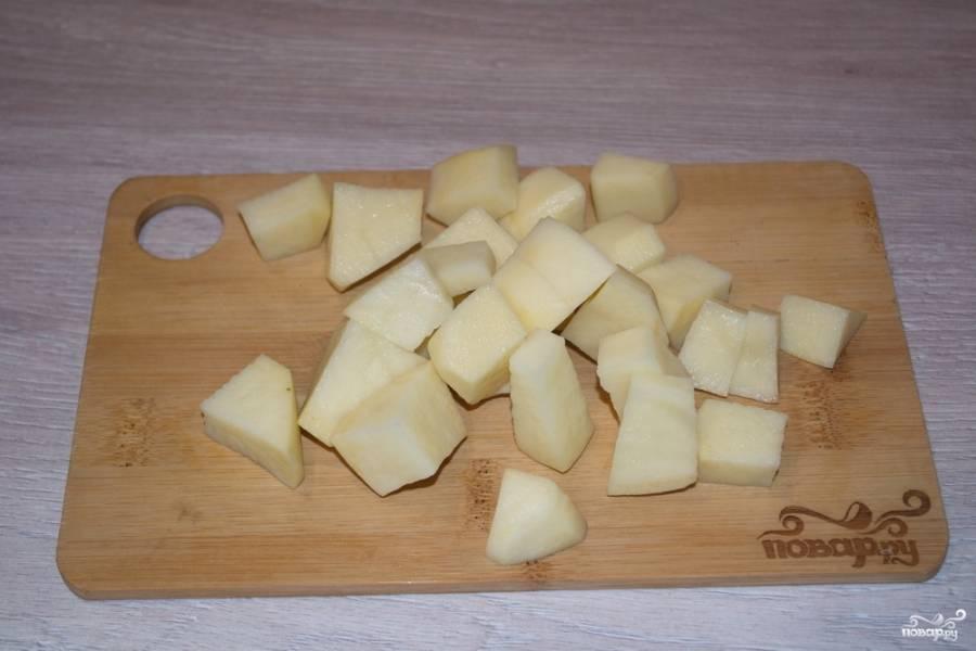 Для приготовления супа очистите и нарежьте мелкими кубиками картофель.