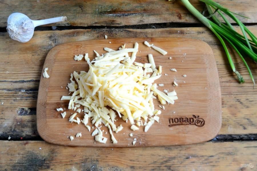 Сыр натрите на крупной терке. Смешайте сыр со сливками и чесноком. Перемешайте.