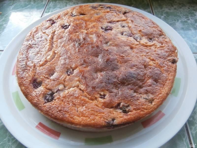 5.Достаем готовый пирог, оставляем его остывать и только после этого перекладываем на блюдо.