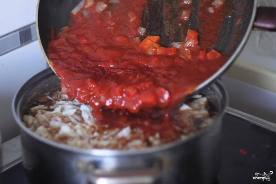 В кастрюлю добавить зажарку и зелень. Варить около 10 минут на медленном огне и можно затем подавать к столу.