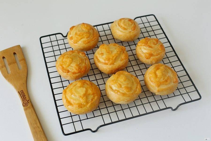 Сырные булочки с творогом готовы. Остудите их на решетке и подавайте к столу.