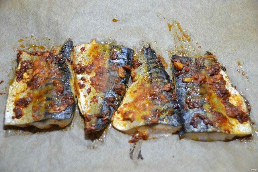 Запекайте рыбу в духовке, разогретой до 200 градусов 8-10 минут.