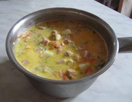 3. В кастрюле кипятим стакан воды и растворяем в ней сыр и сливки. Засыпаем остальные ингредиенты, солим и перчим по вкусу и еще раз доводим до кипения.