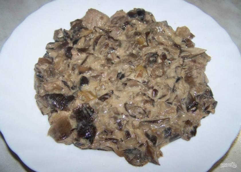 2.Обжаренное мясо с грибами выкладываю нижним слоем на тарелку, разравниваю края. Ставлю отвариваться яйца вкрутую.