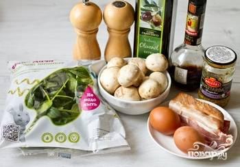 Подготовьте продукты. Грибы и шпинат помойте, яйца отварите и очистите от скорлупы.