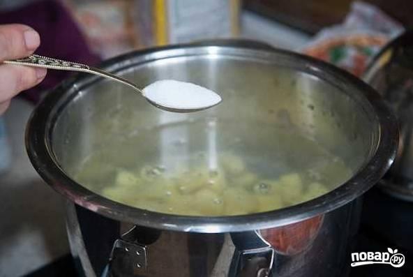 4. В кипящую воду выложите картошку, добавьте по вкусу соль.