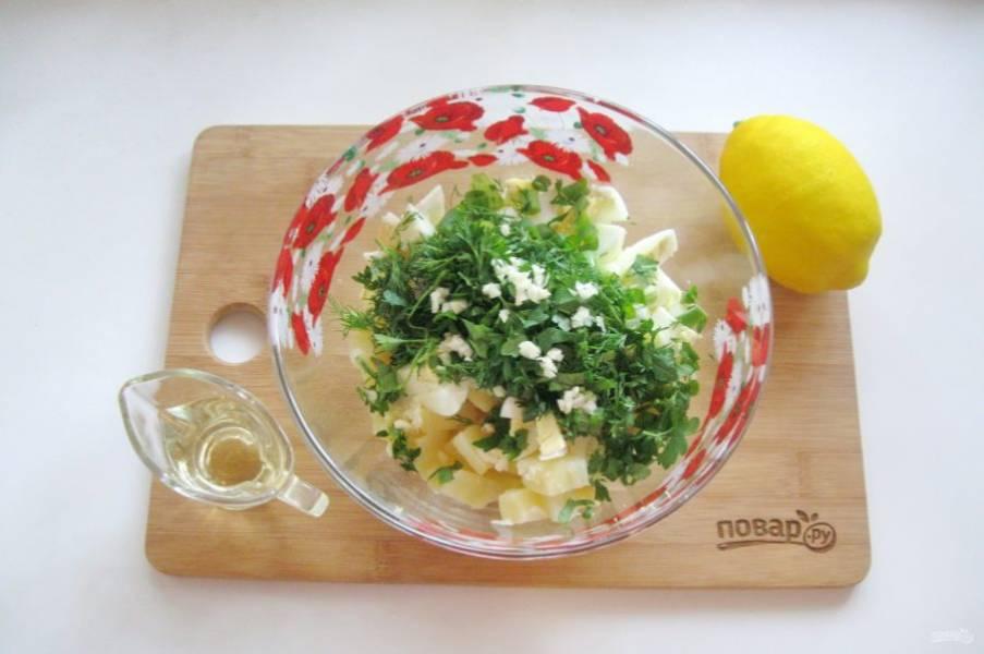 Заправьте салат растительным маслом и лимонным соком.