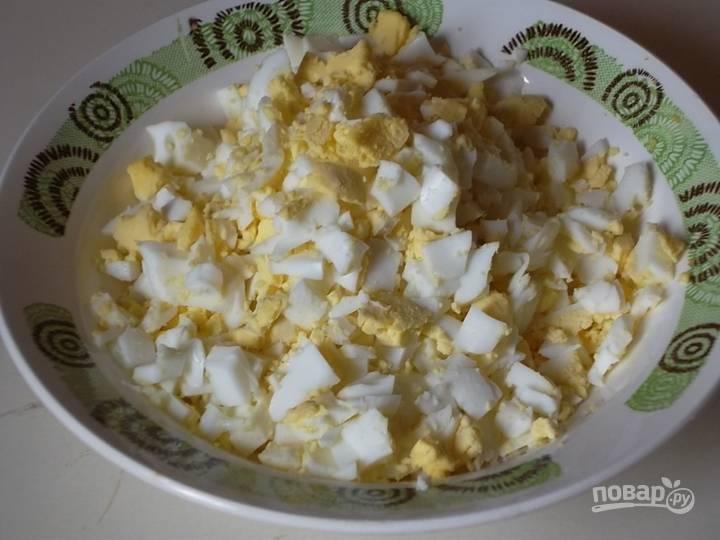 8. Готовые яйца остудите, очистите и нарежьте кубиками.