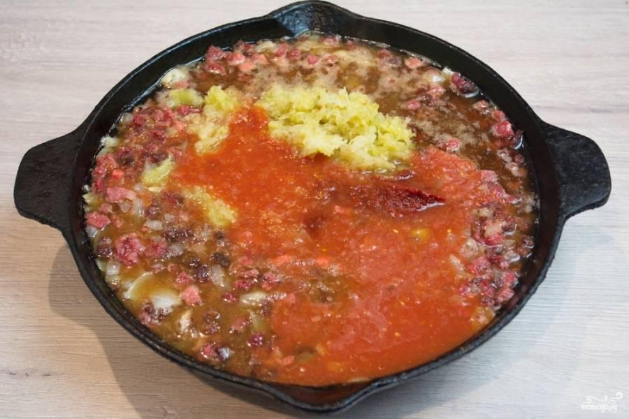 Добавьте томатный сок и 2 столовые ложки томатной пасты. Томатная паста придает яркости и вкуса супу.