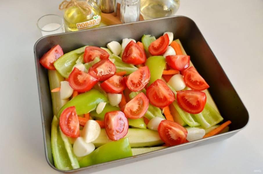 3. Далее очищенный лук четвертинками, пару зубчиков чеснока (это по желанию, для аромата), четвертинки помидоров. Полейте сверху овощи маслом и отправьте в горячую духовку на 1 час, температура 180-200 градусов.