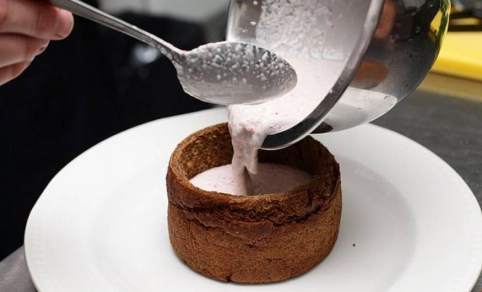 6. Заливаем суп в хлебные мисочки.