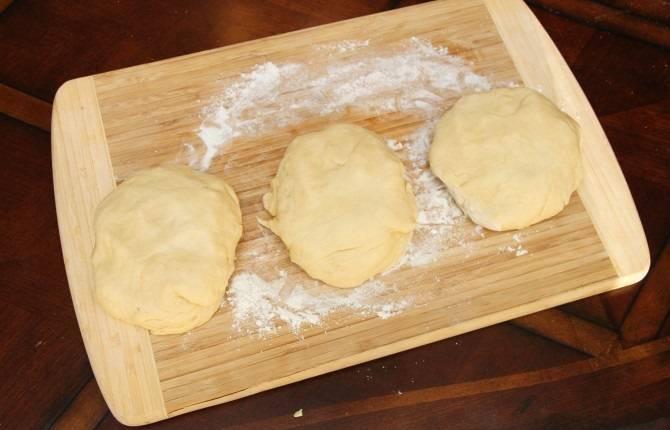 3. Разделить тесто на 3 части (в данном случае пирог с вишней из дрожжевого теста в домашних условиях готовиться в 3 порции, но можно сделать и один большой при желании).