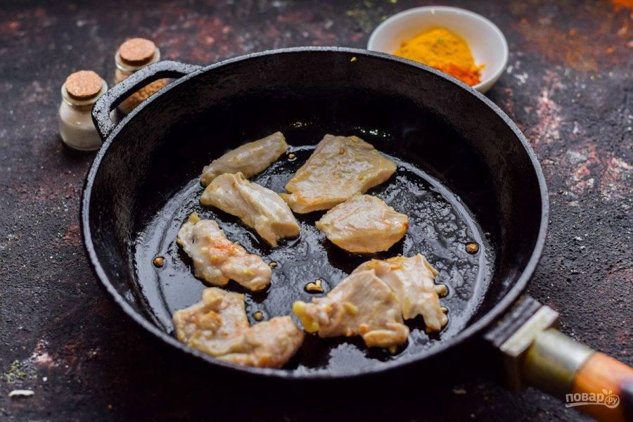Филе курицы поджарьте на сковороде около 8-10 минут до готовности. Жарить можно без масла, либо с небольшим количеством.