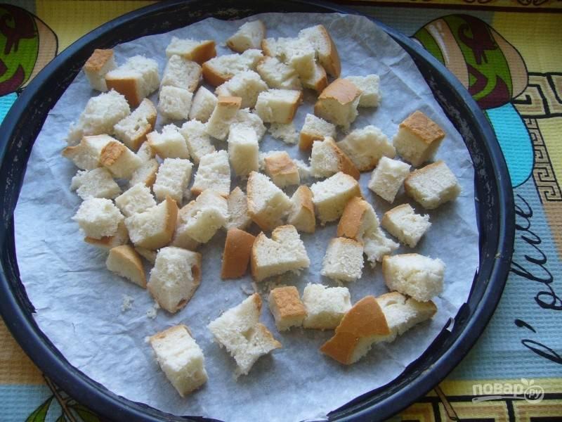Сухарики можно приготовить самостоятельно, подсушив нарезанный кубиком батон в духовке.