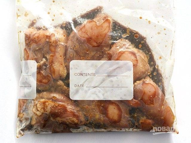 2.Вымойте мясо и оботрите его салфетками. Соедините маринад с мясом и отправьте в холодильник минимум на 30 минут, можно на всю ночь.