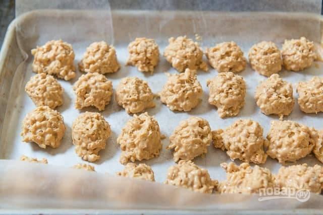 4. Теперь сделайте шарики в половину ладошки и выложите их на пергаментную бумагу. Оставьте их в холодильнике до полного застывания.