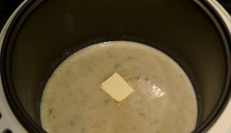 """Верните суп в чашу мультиварки,, добавьте кусочек сливочного масла. Прогреваем суп на режиме """"Подогрев"""" 10 минут."""