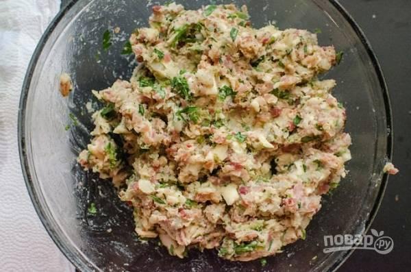 1. Для приготовления начинки отварите до готовности и разомните в пюре картофель. Добавьте обжаренный фарш с беконом, измельченную зелень, тертый сыр. Посолите и поперчите все по вкусу.