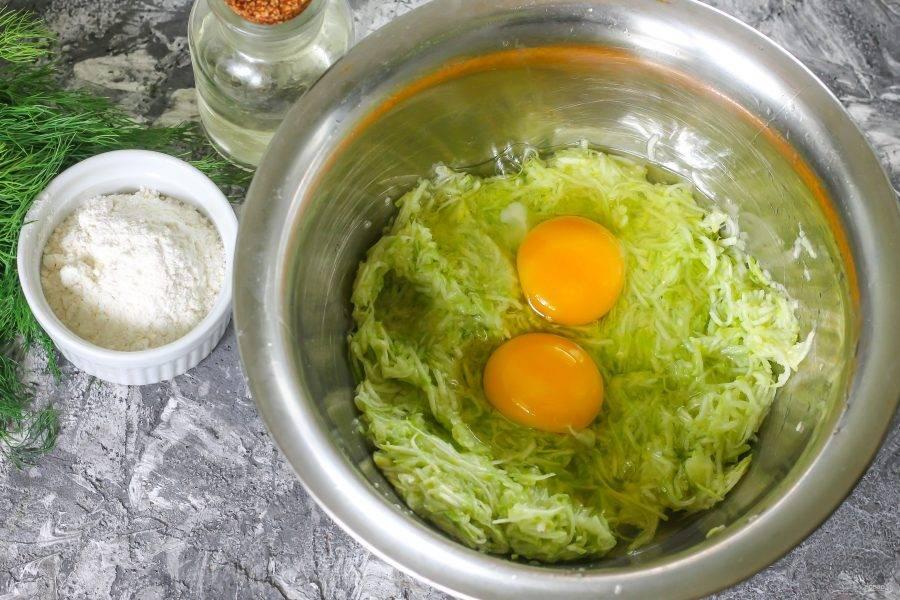Вбейте в миску два куриных яйца, тщательно вымешайте.