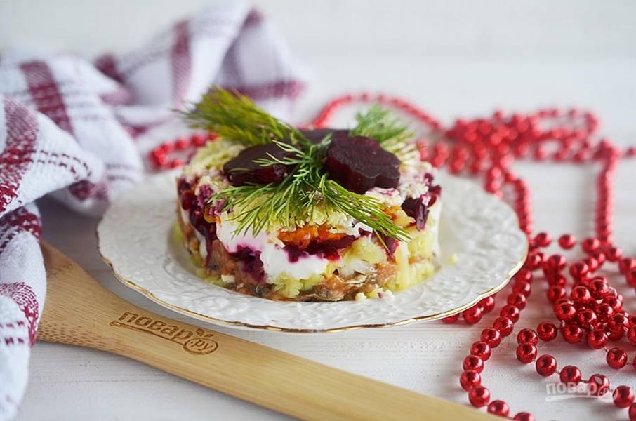 Накрываем форму тарелкой для подачи и переворачиваем. Украшаем зеленью и фигурками из свеклы. Приятного аппетита!