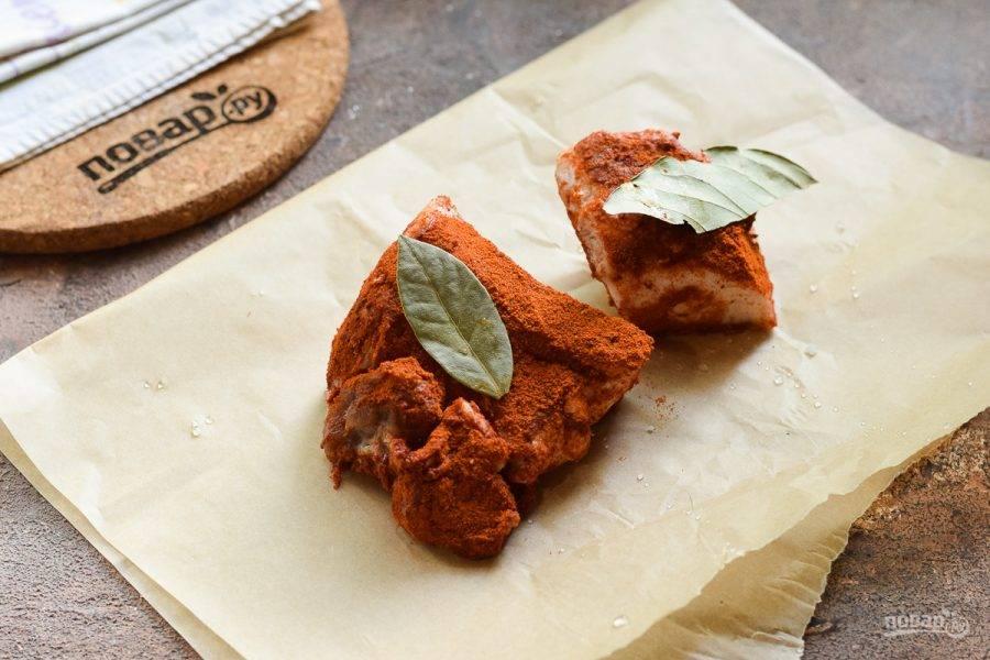 Переложите сало на лист пергамента, добавьте по вкусу лавровый лист, можно добавить чеснок.