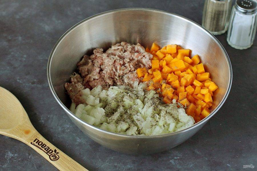 Для начинки соедините фарш, нарезанные мелкими кубиками лук и тыкву. Добавьте зиру, соль и перец. Я еще добавила 2-3 ст.л. растительного масла.