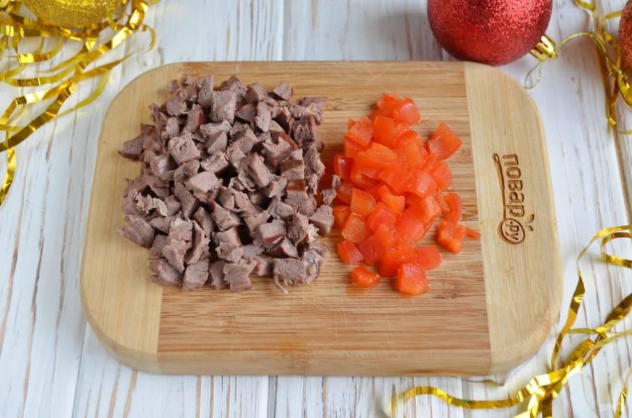 Порежьте небольшими кубиками паприку (болгарский перец) и сердце.