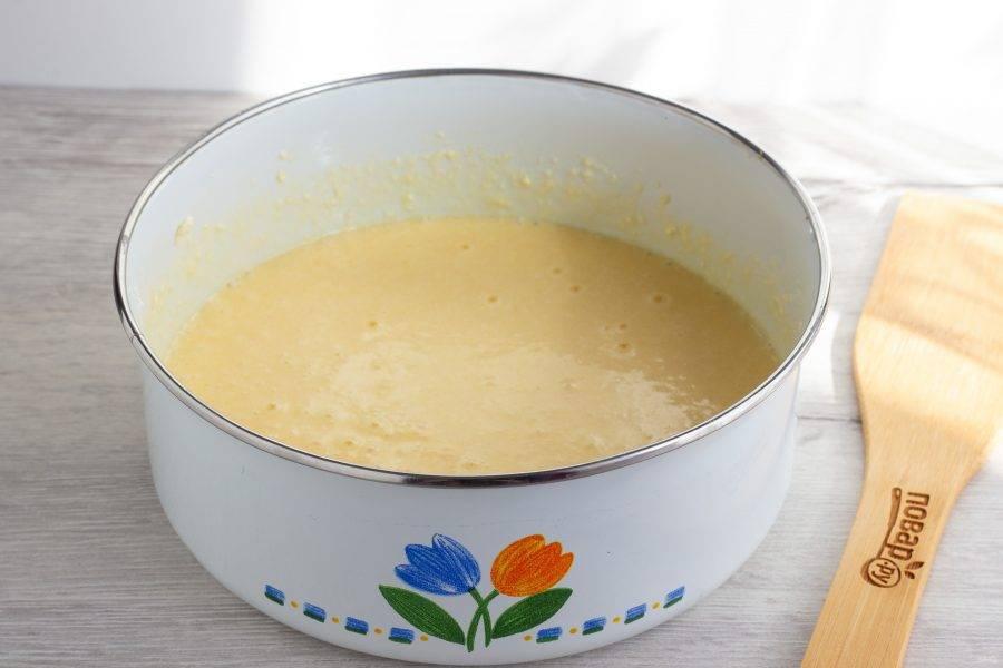 Масло комнатной температуры, творог, яйца, сахар и ванильный сахар взбиваем миксером до пышности.