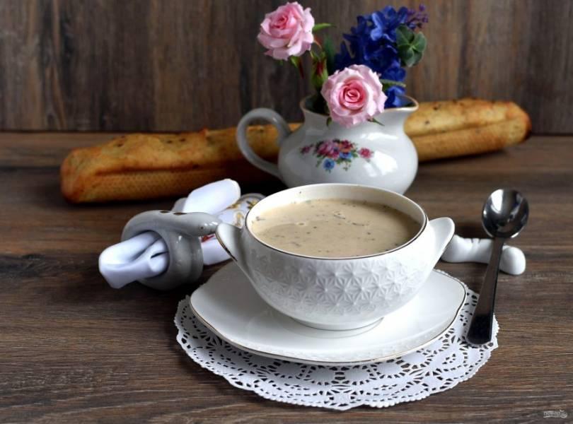Дайте супу постоять минут 10 под крышкой и подавайте со свежим багетом.
