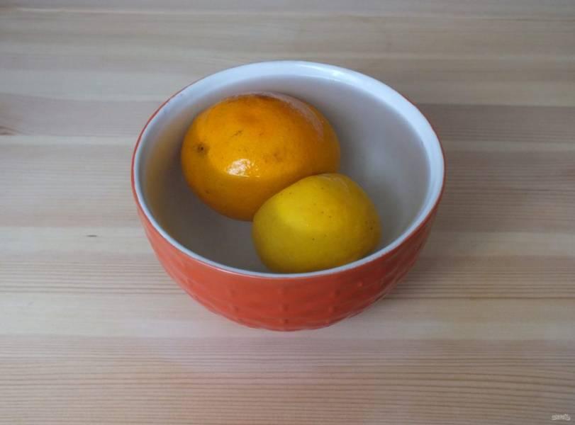Апельсин и липон залейте кипятком и оставьте на 1 минуту.