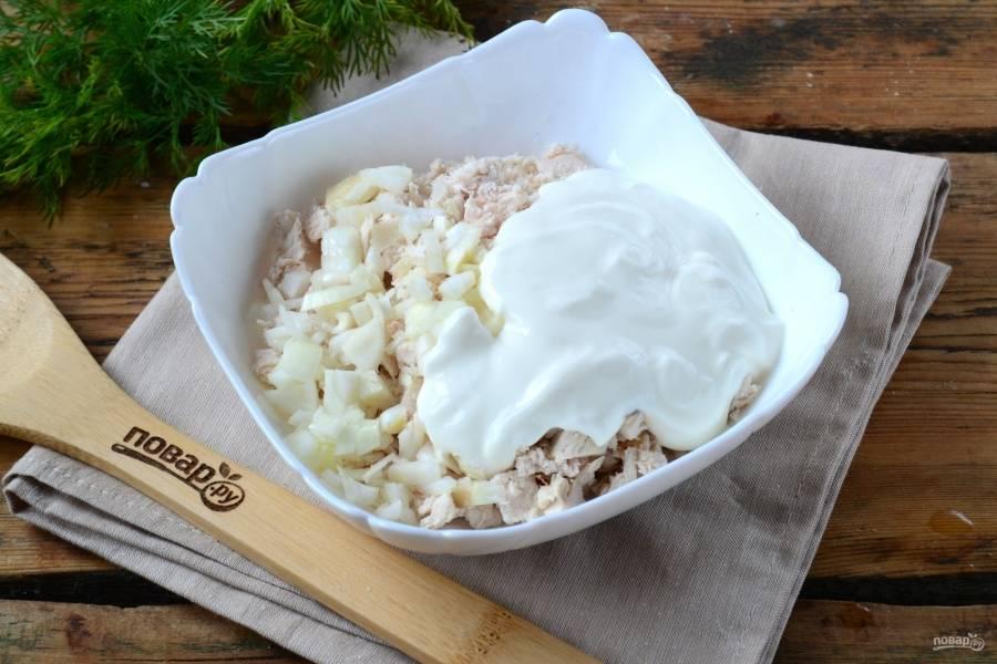 Подготовьте начинку. Куриную грудку измельчите ножом или с помощью кухонного комбайна, к ней добавьте измельченную луковицу и сметану. Хорошо перемешайте полученную начинку.