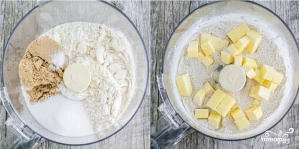 1. Чтобы приготовить вишневый крамбл в домашних условиях, для начала нужно сделать тесто. Очень удобно делать это в чаше блендера. Отправьте туда просеянную с солью и разрыхдителем муку, белый и коричневый сахар. Перемешайте и выложите нарезанное кубиками охлажденное сливочное масло.