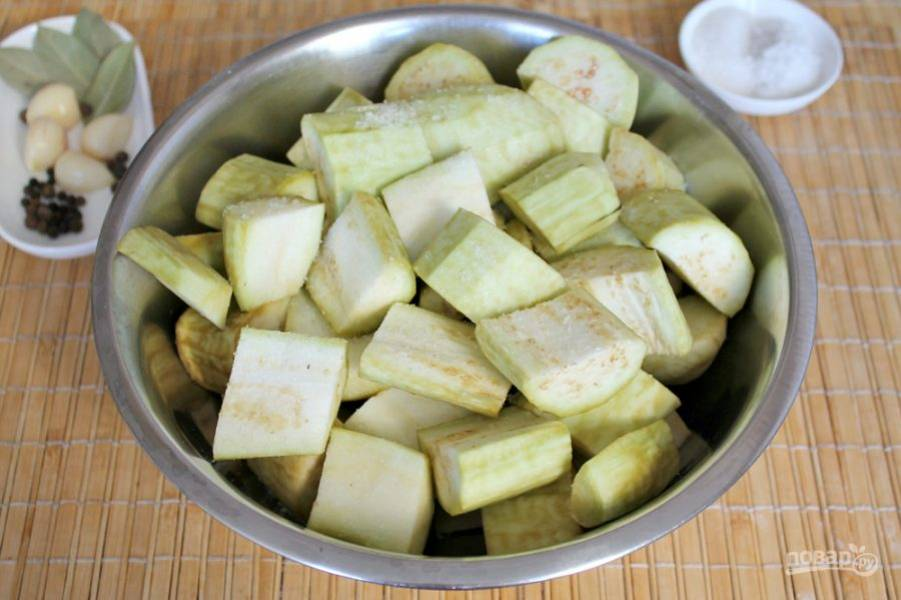 Баклажаны чистим, режем крупно и посыпаем солью. Добавляем чайную ложку соли и все перемешиваем. Оставляем на 20-30 минут. Затем, сцеживаем образовавшуюся жидкость.