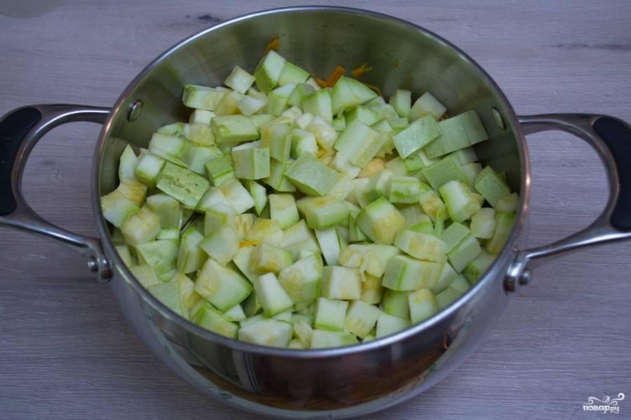 К тушеным овощам добавьте кабачки.