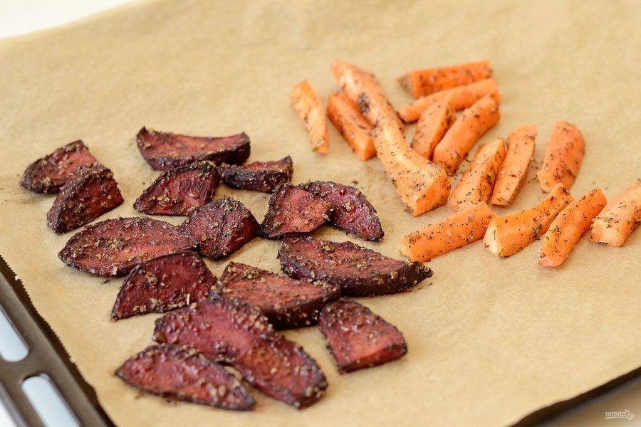 Добавьте на противень морковь и выпекайте овощи еще 45 минут. Периодически открывайте духовку и перемешивайте овощи.