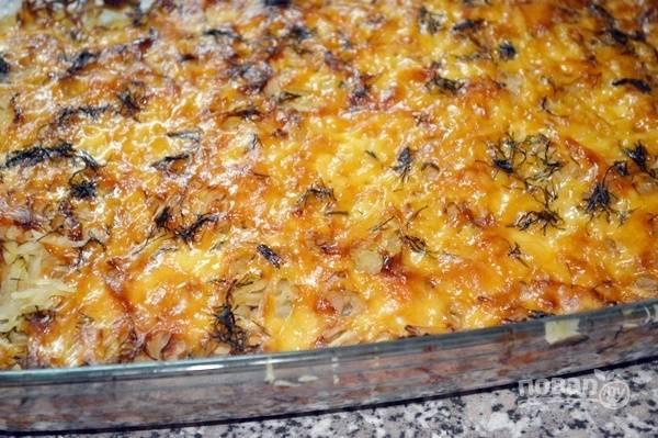 3.Посыпаю верхушку тертым твердым сыром и смазываю майонезом. Выпекаю в разогретом до 180 градусов духовом шкафу около 40 минут.