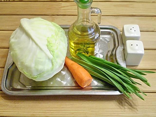 1. Приготовим овощи, капусту и листья чеснока вымыть, морковь очистить.