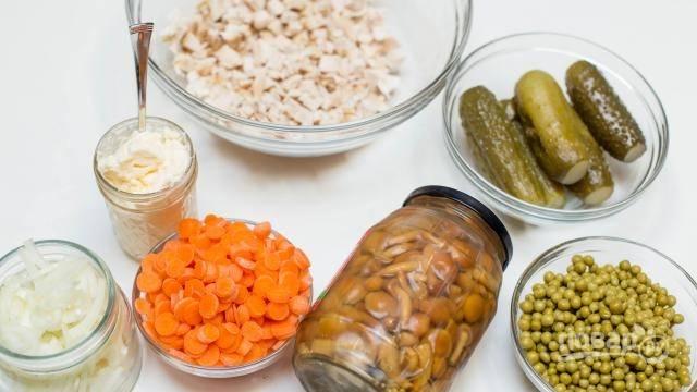 3. Подготовьте все остальные ингредиенты. Лук с морковью очистите и измельчите.