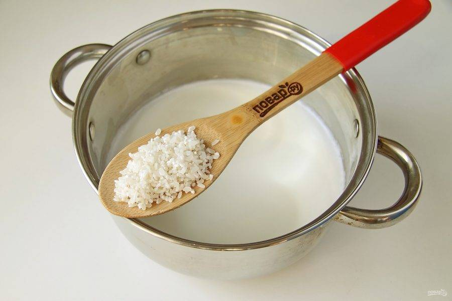 Когда молоко станет горячим, добавьте промытый рис.