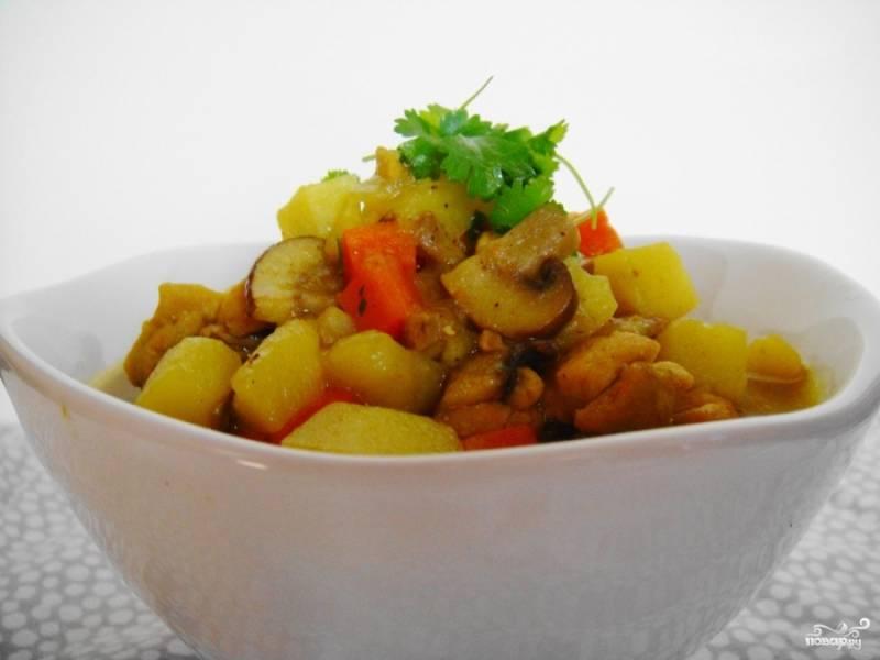 Потушите немного овощи с курицей, затем влейте в сковороду куриный бульон. Добавьте специи, приправы и зелень. Помешайте. Накройте крышкой и тушите около 10 минут. Периодически можете поднимать крышку, чтобы перемешать карри. Готовьте до полной мягкости овощей. Это можно понять по картофелю, проткните его вилкой или ножом и убедитесь, что он готов. Приятного аппетита!
