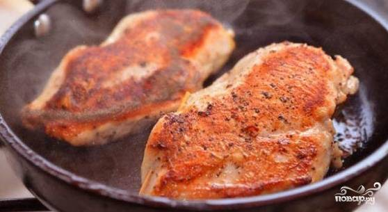 Филе сначала обжарьте с растительным маслом на сильном огне до получения румяной корочки. Затем убавьте огонь, добавьте немного сливочного масла и таким образом обжаривайте под закрытой крышкой в течении 10 минут.