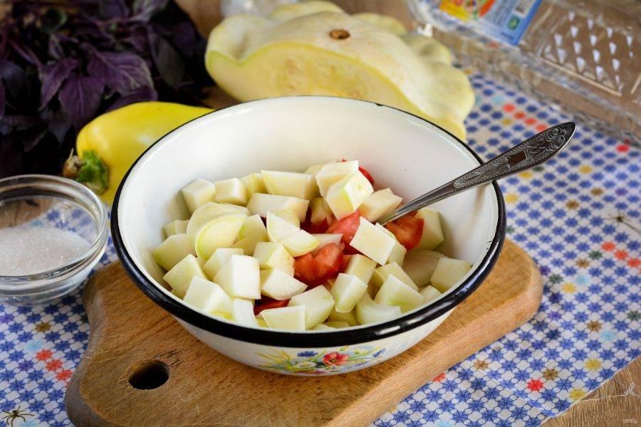 Овощи перемешайте в миске или кастрюле.