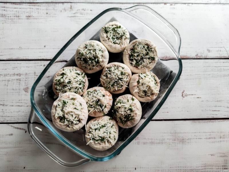 Жаропрочную форму смажьте растительным маслом, выложите грибы и отправьте в предварительно разогретую духовку до 180 градусов на 30-35 минут.