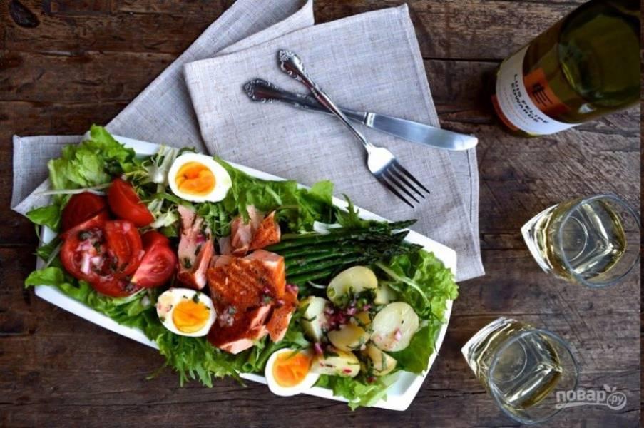 Не ждите, пока отварные овощи и рыба остынут полностью, в теплом виде салат гораздо вкуснее. Нисуаз с лососем подавайте с белым вином. Приятного аппетита!