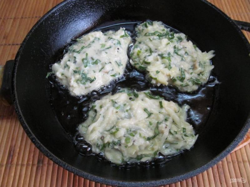 На раскаленную сковороду с растительным маслом столовой ложкой выкладывайте тесто и жарьте драники на среднем огне до золотистой корочки.