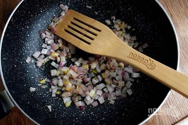 Лук нарежьте мелкими кубиками и пассеруйте до прозрачности на вытопленном жире.