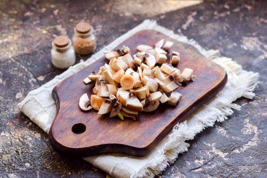 Шампиньоны вымойте и просушите, нарежьте грибы произвольно.