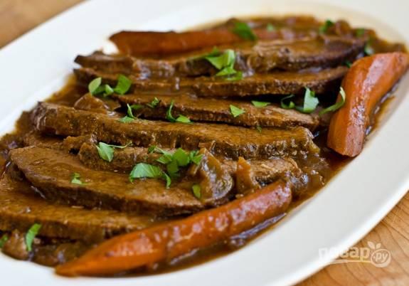 8. Отправьте мясо запекаться ещё на 2-2,5 часа при 170 градусах. Время от времени добавляйте воды. Подавайте блюдо горячим. Приятного аппетита!