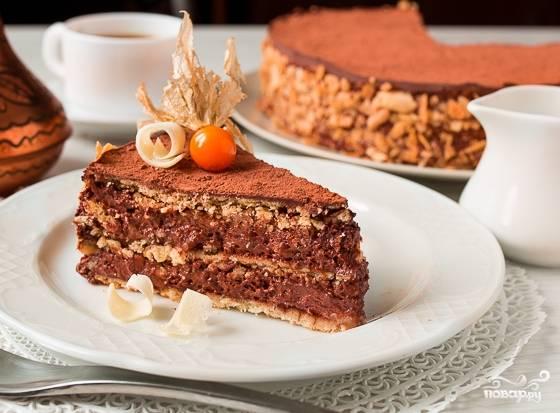 7.Начинайте формировать торт в разъемной форме: корж, половина мусса, корж, половина мусса, корж. Положите торт в холодильник не менее чем на 5 часов. Выньте охлажденный торт. Подправьте бока и посыпьте шоколадом или крошками вафли. Верх украсьте какао и далее на свое усмотрение.